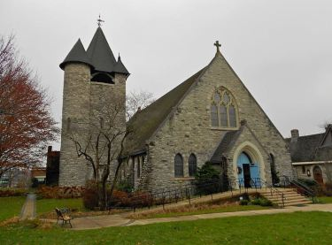 St Mary's Episcopal Church in Wayne Pennsylvania at Louella and Lancaster in Downtown Wayne Historic District. (Wikimedia Commons, contributed by 'smallbones' on December 8, 2012)