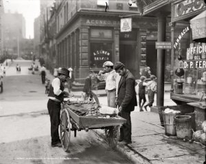 "New York City circa 1900-1906. ""Clam seller in Mulberry Bend."" Detroit Publishing Company glass negative. For full-size: http://www.shorpy.com/node/6263?size=_original#caption"