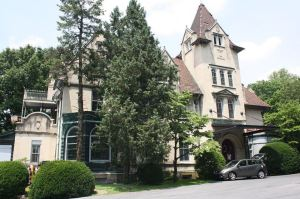 Linderman-Schwab Mansion in Fountain Hill Histori District, Bethlehem (Wikimedia Commons, Author Shuvaev, Taken 22 Jun 2013; Public Domain through Attribute Sharre-Alike 3.0)