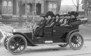 Osborne Auto Party, Salt Lake City, 1909. Car is a 1909 Thomas Flyer 6/40 Touring car with optional wind screen. (Source: WIkimedia Commons, Photographer:Shipler Commercial Photographers; Shipler, Harry. First published circa 1909.